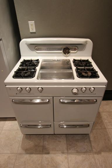 VINTAGE GAS RANGE / OVEN WITH CENTER PANCAKE GRILL